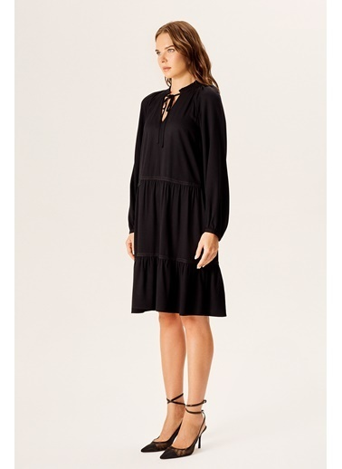 NaraMaxx Şerit Aksesuarlı Dökümlü Elbise Siyah